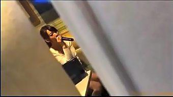 高价叫来KTV的头牌小公主,这小气质和妖娆身姿,真的无心唱歌,就想怎么跟他愉快玩耍!.mp4