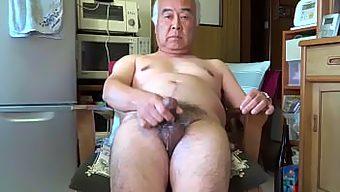 日本の全裸の老人が自慰をして気持ち良く射精する