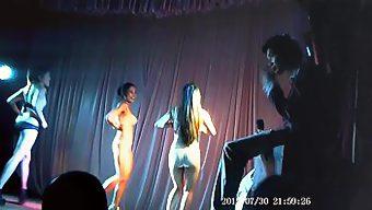 舞台上漂亮歌舞女郎挑逗艳舞奉献
