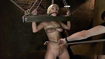 海外 手枷に股縄拘束をされながらスパンキング調教をうけるパイパンM女