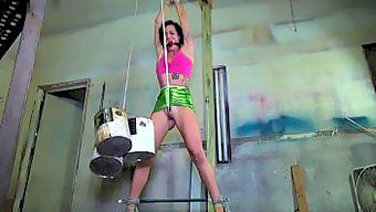 海外 股縄調教されるM女 ぷっくりワレメに縄がくいこんで、腰を振って悶えるM女の姿がたまらない・・・